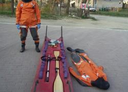Sanie do ratownictwa lodowego wraz z kombinezonami do pracy w wodzie