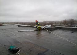 Usunięcie uszkodzonego opierzenia dachu na bloku w Gniewinie