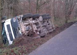 Wypadek samochodu ciężarowego w Strzebielinku