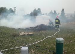 Pożar sterty desek i suchej trawy w Nadolu