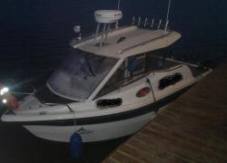 Pomoc w odholowaniu uszkodzonej łodzi na jeziorze Żarnowieckim