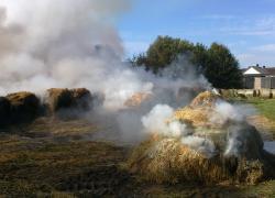 Pożar składowiska balotów słomy w Lublewku.