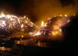 Pożar składowiska balotów słomy w Zwartowie