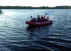 Przewrócony kajak na jeziorze Salińskim