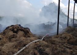 Pożar pogorzeliska balotów siana w Bychowie