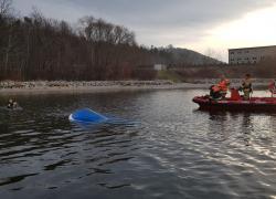 Przewrócona łódź na jeziorze Żarnowieckim