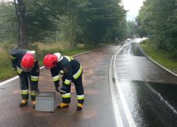 Plama substancji ropopochodnej na drodze w Czymanowie